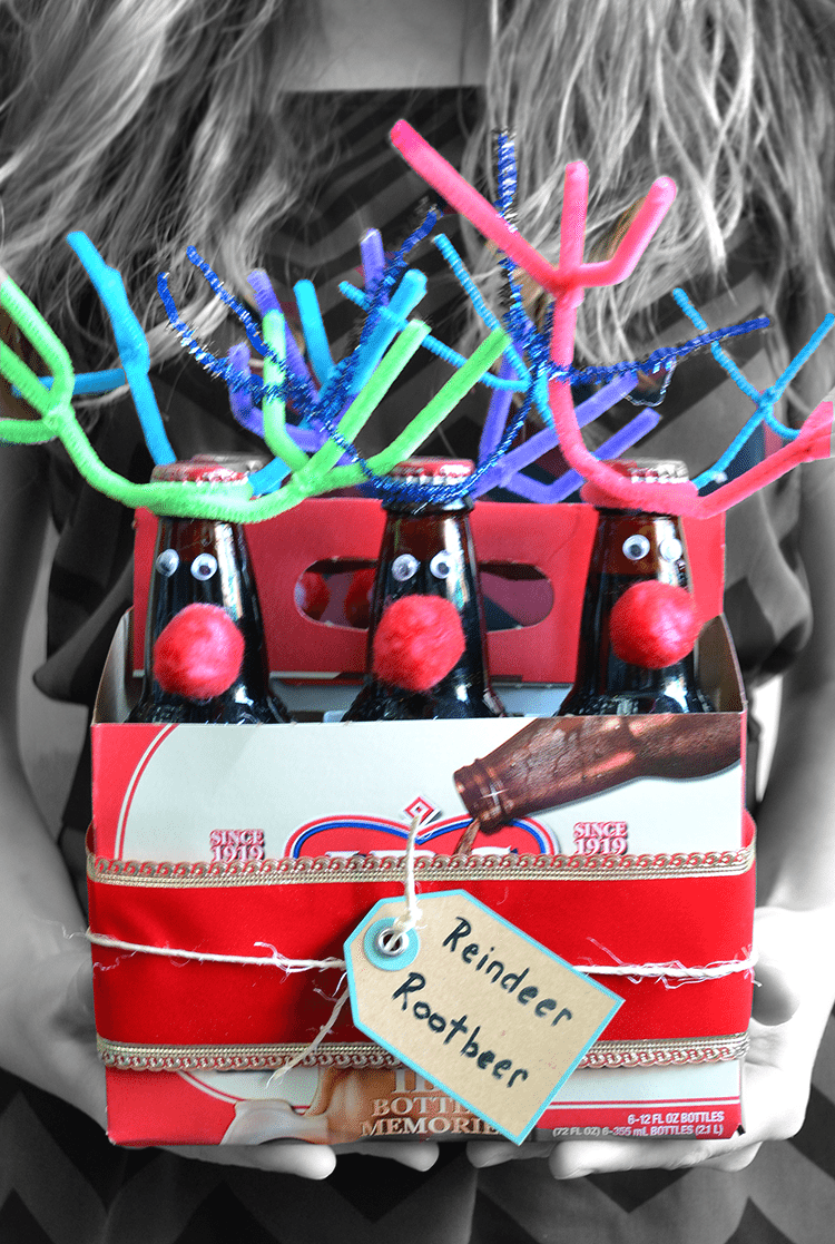 Reindeer Rootbeer a great gift idea for beer or rootbeer. One of our favorite easy gift ideas! Easy craft to make! | nelliebellie.com