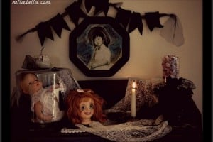 Dolls are creepy when used in this Creepy Halloween Mantel! #halloween #decoration #mantel