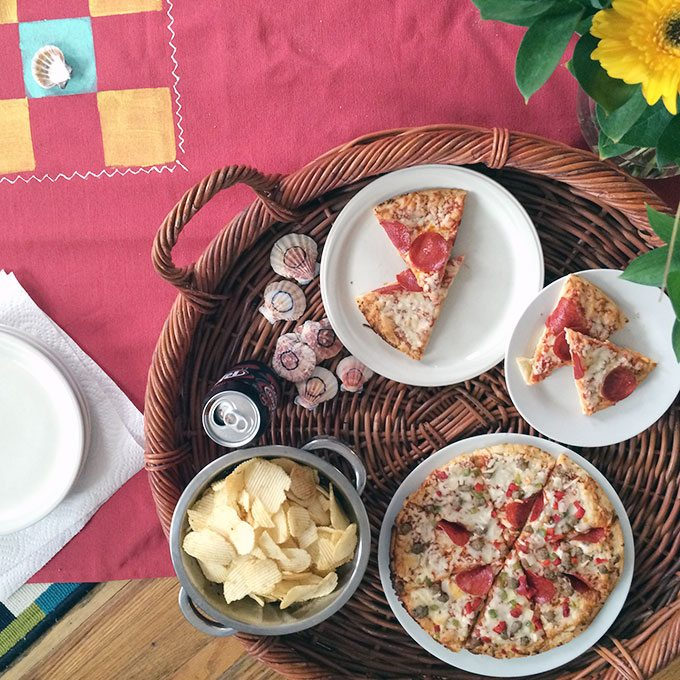 indoor picnic pizza party from nelliebellie.com