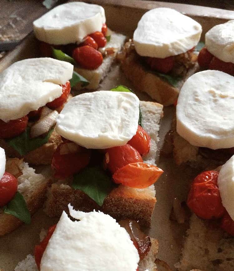 Roasted Tomato Crostini | easy, fast appetizer | www.nelliebellie.com