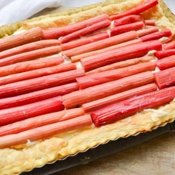 easy and delicious rhubarb tart. Made with puff pastry and only a few ingredinets!
