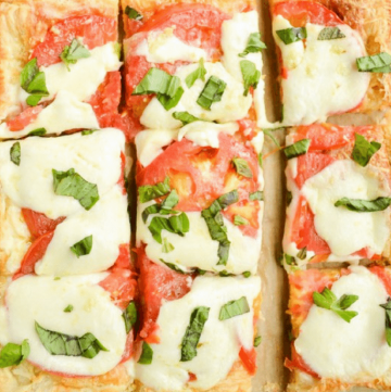 A delicious and easy tomato tart! Use puff pastry to make this delicious appetizer. Perfect for a farmer's market visit!