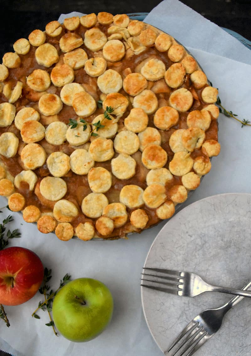 This is a delicious fall pie full of sliced pears, apples, spices, and flavor! This uses a classic homemade pie filling and amps up the flavor with sweet pears and spices. My personal favorite pie recipe! #applepie #easy #homemade #pear #crust #filling